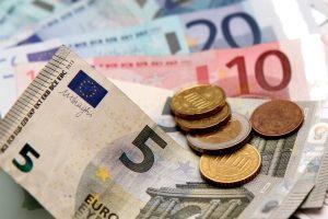 Ein Anwalt bietet die Schuldnerberatung gegen Bezahlung an.