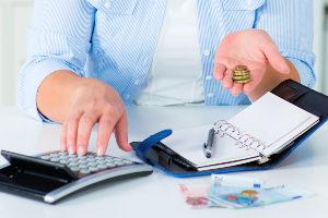 Für eine hohe Anzahl der Hartz-4-Empfänger ist die Gefahr, Schulden zu machen, besonders hoch, u. a. wegen hoher Mietkosten.