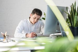 Arbeitslose Schuldner sollen ebenfalls arbeiten gehen bei Insolvenz und sich um einen angemessenen Job bemühen.