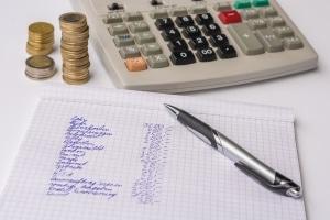 Eine Einnahmen-Ausgaben-Rechnung kann helfen, Haushaltsschulden zu vermeiden.