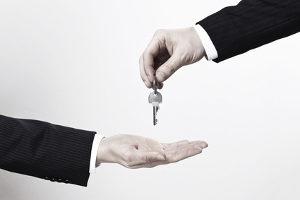 Laut Definition ist die Sicherungsübereignung ein dinglicher Vertrag, mit dem Eigentum zur Sicherung einer Schuld übertragen wird.
