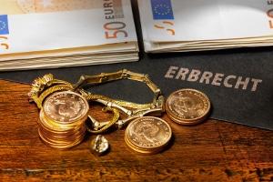 Wenn Sie das Erbe ausschlagen, entstehen Kosten für das Nachlassgericht bzw. den beglaubigenden Notar.