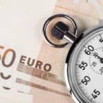 Fällig bedeutet laut Definition, dass der Leistungszeitpunkt eingetreten ist und der Schuldner die Leistung bzw. Zahlung nun erbringen muss.