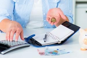Beim Forderungsverkauf hängen die Kosten u. a. vom Risiko des Forderungs- bzw. Zahlungsausfalls ab.