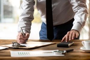 Bei gleichhoher Insolvenzmasse sind die Gebühren für den Insolvenzverwalter bei der Privatinsolvenz genauso hoch wie bei der Regelinsolvenz.