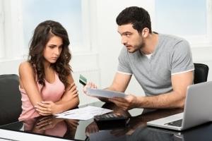 Haushaltsschulden können auch Beziehungen belasten.