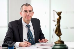 Hilfe bei der Privatinsolvenz: Ein Anwalt nimmt Ihnen viel Arbeit ab.