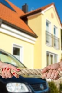 Sollen in der Insolvenzversteigerung Kfz oder Eigenheim veräußert werden, ist dies in der Regel zulässig.
