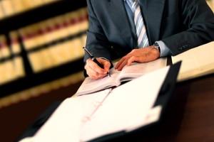 Der Insolvenzverwalter muss seine Bezahlung beim Insolvenzgericht beantragen.