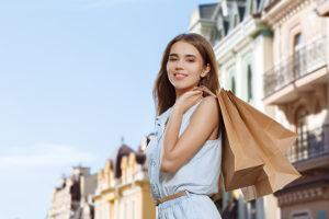 Auch die Jugend macht beim Konsum oft Schulden. Shoppen ist eine Freizeitbeschäftigung geworden.