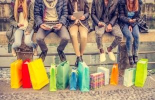 Eine neue Statistik zeigt, dass Jugendliche oft Handy-Schulden haben.