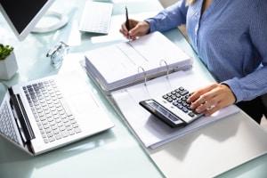 Nehmen Sie Ihre Finanzen gründlich unter die Lupe, bevor Sie nach einem Kfz-Kredit suchen.