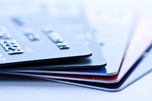 Kostenfalle: Bei der Kreditkarte sollten Sie auf die Gebühren achten. Es können z. B. Abhebegebühren anfallen.
