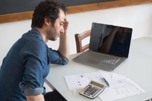 Mietschulden: Der Überschuldungsstatistik 2018 ist zu entnehmen, dass in Ostdeutschland mehr Menschen Mietrückstände haben.