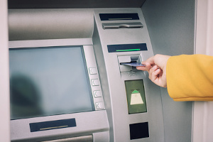 Erhält die Bank eine Pfändungs- und Einziehungsverfügung, wird das Konto gesperrt, wenn der Schuldner kein P-Konto eingerichtet hat.