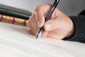 Privat Geld leihen: Ein schriftlicher Vertrag sorgt für Sicherheit und vermeidet Konflikte.