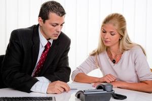 Eine private Schuldnerberatung kann von einem Anwalt oder einem Unternehmen angeboten werden.