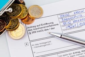 Die Privatinsolvenz steht laut Gesetz bzw. nach § 304 InsO nur Verbrauchern offen und ausnahmsweise auch ehemaligen Selbstständigen.