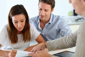 Eine mögliche Lösung ist es, vor der Privatinsolvenz die Eigentumswohnung an den Ehepartner zu verkaufen.