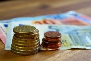 Schulden zurückzahlen: Kontaktieren Sie die Gläubiger frühzeitig und zeigen Sie Zahlungsbereitschaft.