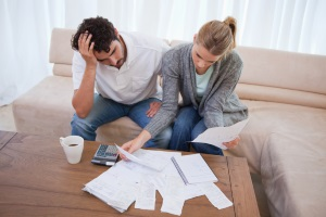 Schuldenfalle vermeiden: Stellen Sie Ihre Einnahmen und Ausgaben gegenüber.