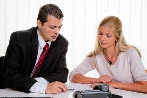 Schuldenfrei ohne Privatinsolvenz: Ein Schuldenberater hilft Ihnen, einen Schuldenbereinigungsplan zu erstellen.