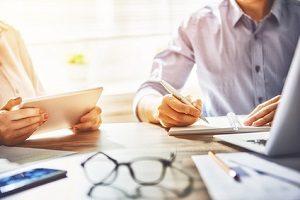 Der Schuldnerberater prüft die Schuldensituation und entwickelt gemeinsam mit dem Schuldner eine Strategie.