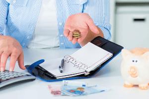 Die Schuldnerberatung in Charlottenburg wird sich zusammen mit Ihnen eine Strategie überlegen, damit Sie schnellstmöglich wieder schuldenfrei sind.