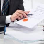 Erneut erklärt ein Gericht Sparkassen-Klauseln für unzulässig, weil sie Zinsanpassungen per Aushang ermöglichen.