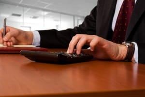 Liegt eine Überschuldung vor? Die Berechnung anhand der aktuellen Bilanz ist für Unternehmen entscheidend.
