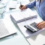 Greifen Sie vor der Umschuldung unbedingt zum Rechner. Anderenfalls könnte Sie der neue Kredit teuer zu stehen kommen.