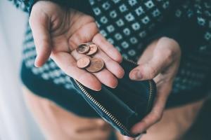 Eine Ursache für die Überschuldung sind laut SchuldnerAtlas 2019 dauerhaft niedrige Einkommen.