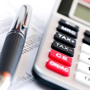 Eine hohe Gefahr der Überschuldung besteht, wenn jemand mehrere Verbraucherkredite zur Konsumfinanzierung aufnimmt.