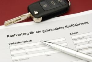Ein Autokaufvertrag besiegelt ein vertragliches Schuldverhältnis.