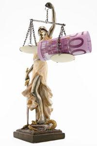 Auch bei der Vollstreckungsabwehrklage werden Gebühren für Gericht und Anwalt fällig.