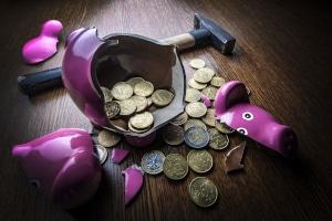 Wie kann man Schulden vermeiden? Eine Option ist es, sich einen Notgroschen für unerwartete Ausgaben anzusparen.