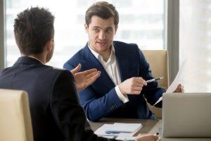 Möchten Schuldner eine Zwangsvollstreckung abwenden, sollten sie zunächst mit den Gläubigern verhandeln.